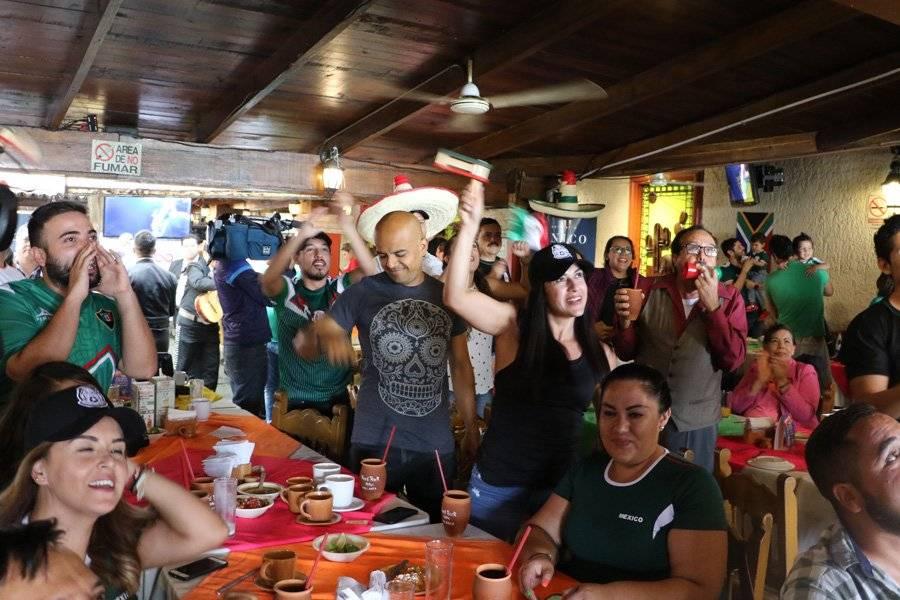 Los bares y restaurantes estaban saturados, las personas querían ver el duelo mundialista. FOTO: Héctor Escamilla
