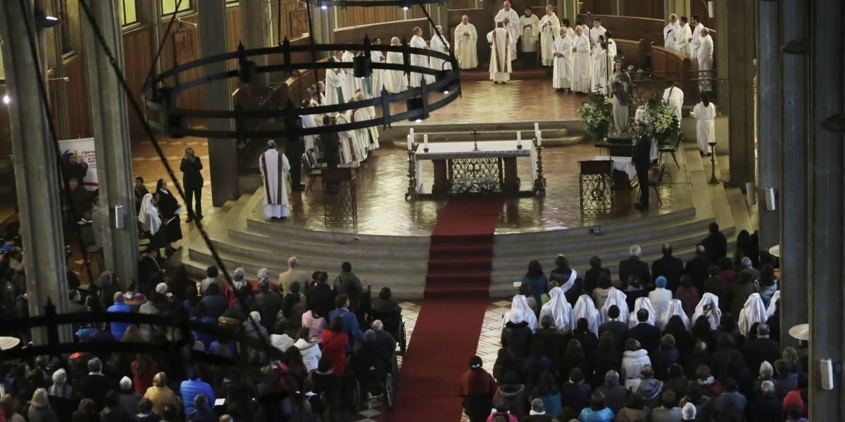 Scicluna, Bertomeu y Concha se arrodillaron para pedir perdón en nombre del Papa durante misa en Osorno