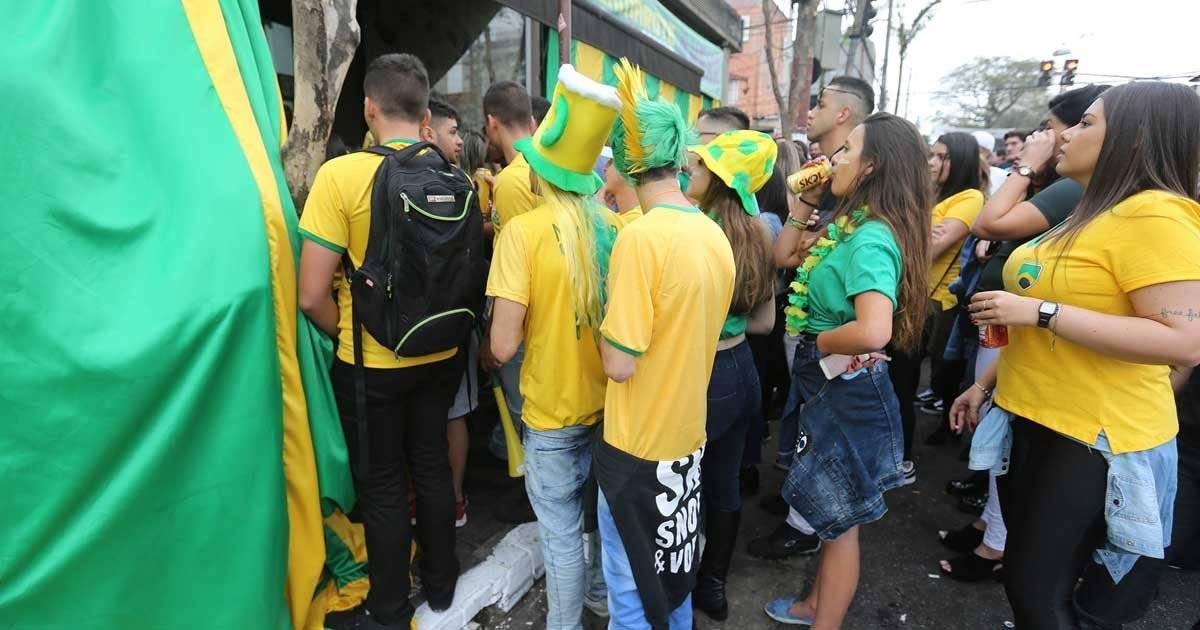 Quem não conseguiu entrar, se conformou em assistir da porta Foto: André Porto / Metro Jornal