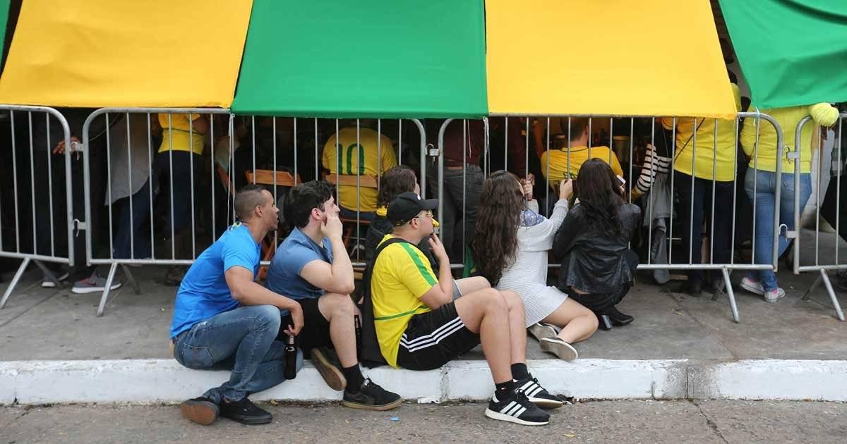 Com os bares cheios, cada um se ajeitou como pode Foto: André Porto / Metro Jornal