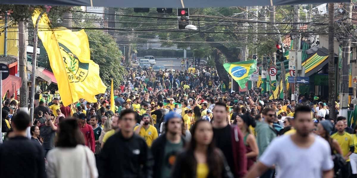 FOTOS: Vila Madalena fica lotada com torcedores do Brasil