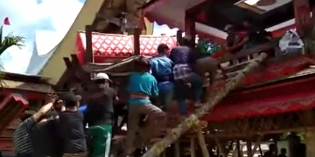 Video: en medio del funeral de su madre, ataúd le cae en la cabeza y le quita la vida