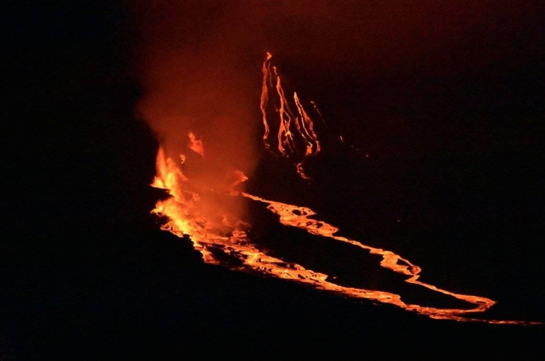 Parque Galápagos Erupción del volcán en la noche