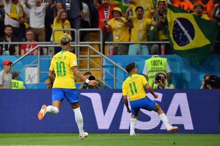 Neymar corre para celebrar la anotación de Coutinho