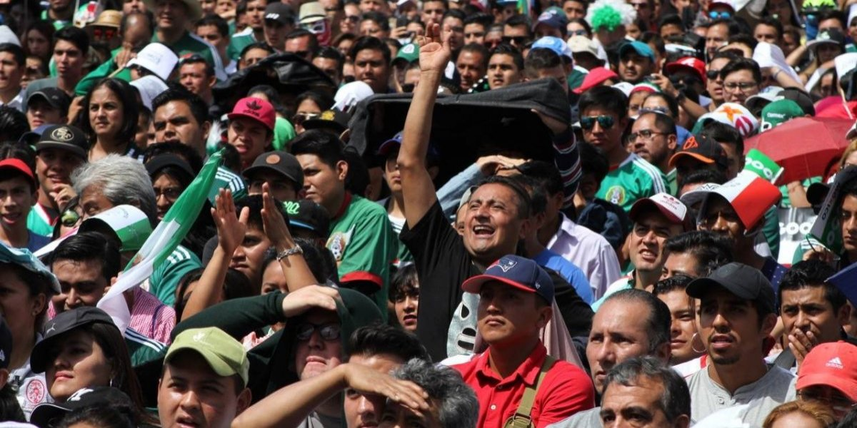 Mexicanos festejan triunfo sobre Alemania en el Zócalo