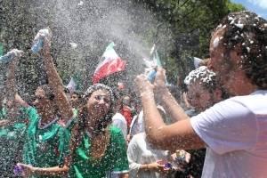 Afición mexicana celebra victoria de México