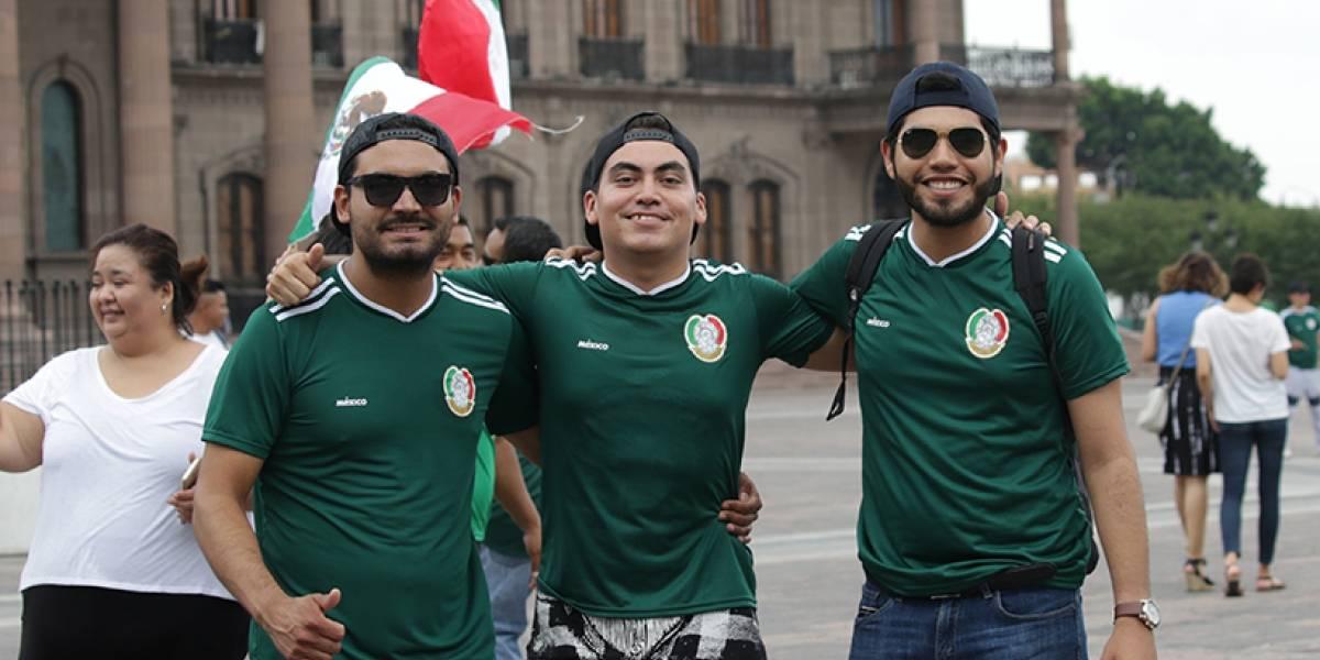 Galería: Regios celebran en la Macroplaza el triunfo de México ante Alemania