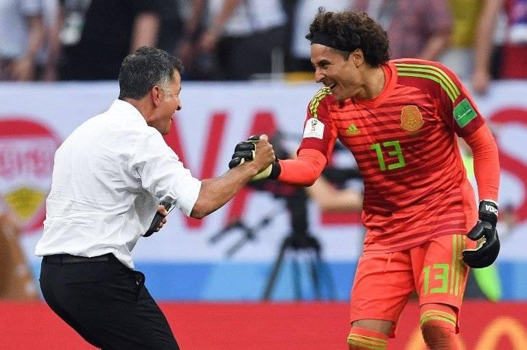 Juan Carlos Osorio felicita a Memo Ochoa tras el histórico triunfo