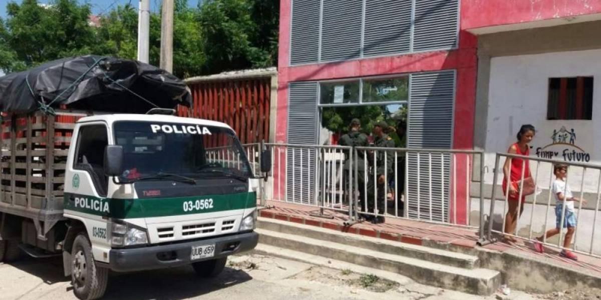 Con las esposas puestas hombre huyó tras agredir a patrullera en puesto de votación
