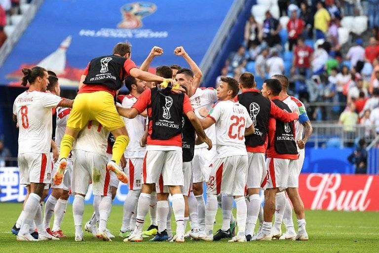 Los serbios celebran tras el triunfo ante Costa Rica