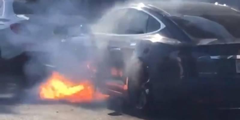 En video quedó evidenciado cómo un Tesla se incendió de la nada