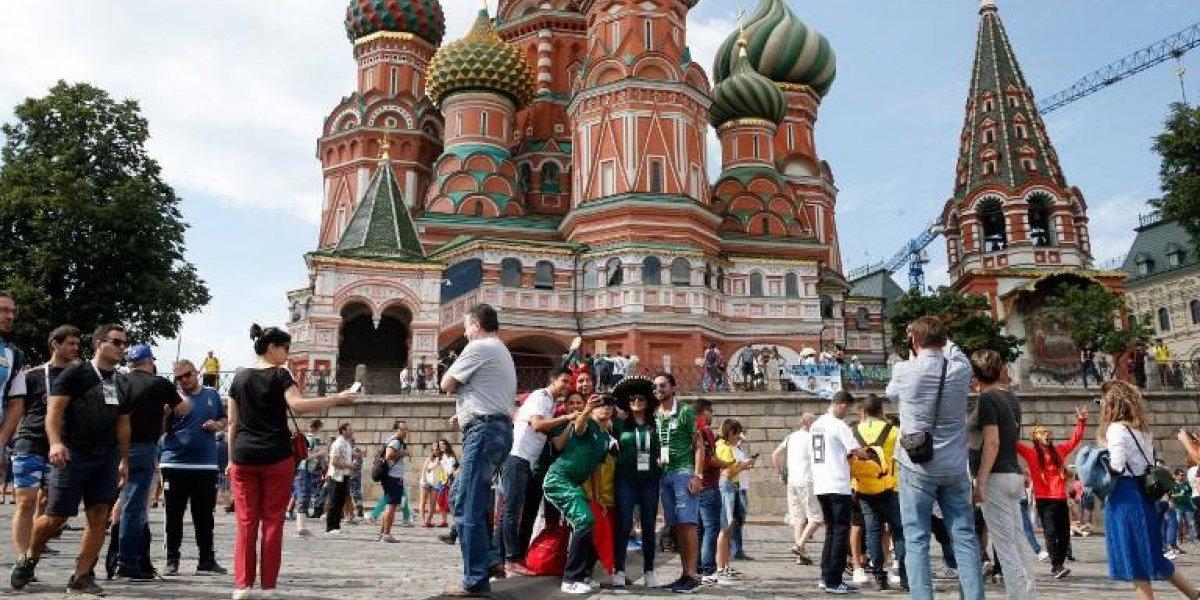 ¡Locura mundialista! Aficionados se pasean desnudos en una bañera en las calles de Moscú