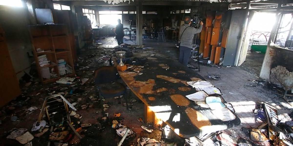 Liceo Amunátegui cierra semestre tras daños por incendio durante toma: alumnos serán reubicados en otros establecimientos por el resto del año