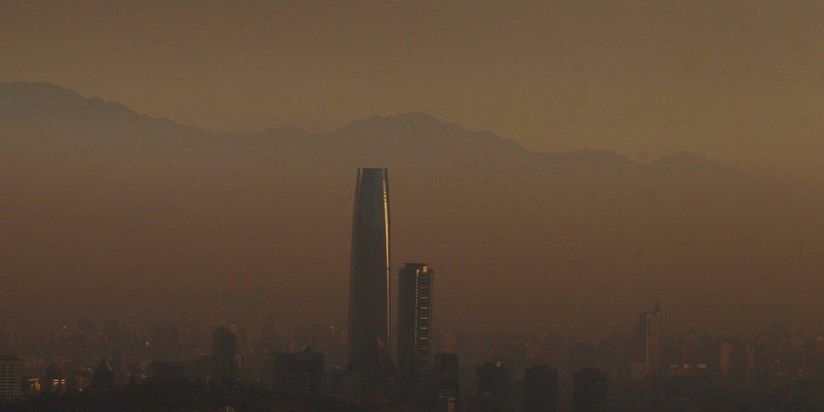 Santiago es un hoyo lleno de esmog: escasez de lluvia y medidas insuficientes nos tienen cerca de la emergencia ambiental
