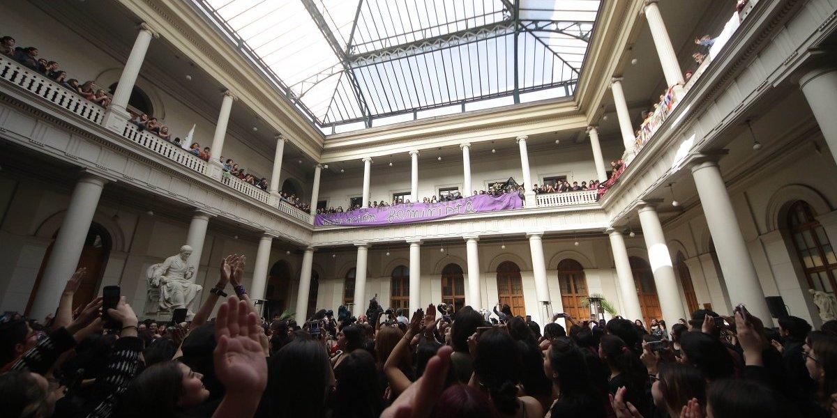 Ahora la pelota la tiene las autoridades: asamblea de mujeres de la Universidad de Chile entregan petitorio con 48 puntos al rector Vivaldi