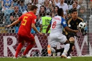 El portero belga Courtois sale en búsqueda del balón