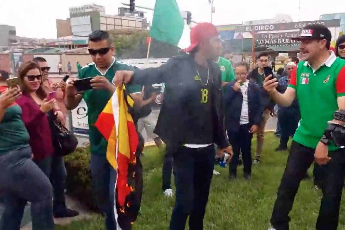 Queman bandera de Alemania en Tijuana por triunfo de México en el Mundial