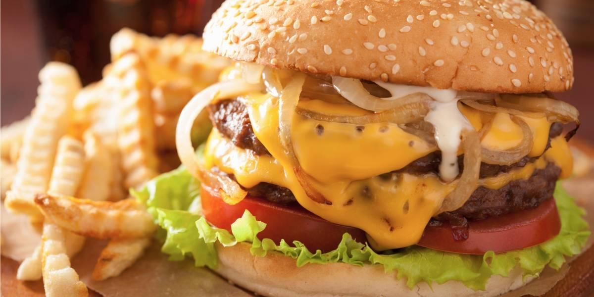 """""""Sentí que iba a vomitar"""": celebración del día del padre terminó de la peor forma cuando vio el """"jugoso aderezo"""" que le habían puesto a su hamburguesa"""