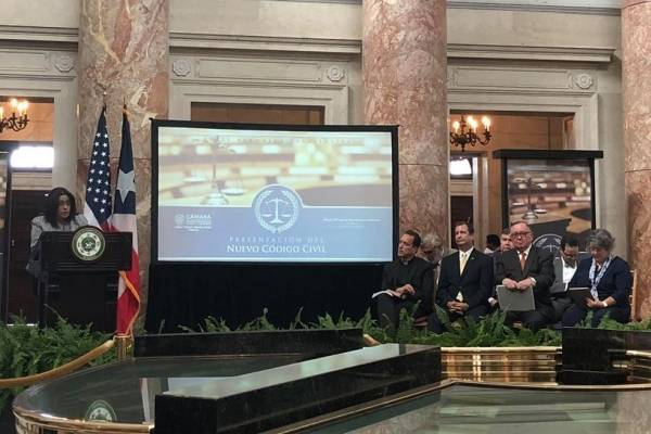 En una actividad protocolar frente a la Constitución del Capitolio, la representante Charbonier presenta el nuevo Código Civil