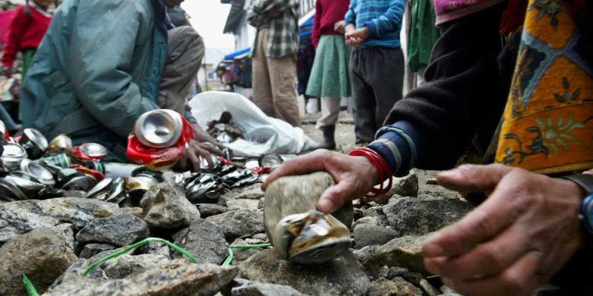 """""""Es asqueroso, un espectáculo repugnante"""": botellas vacías y excrementos humanos convierten al Everest en el vertedero a mayor altura del mundo"""