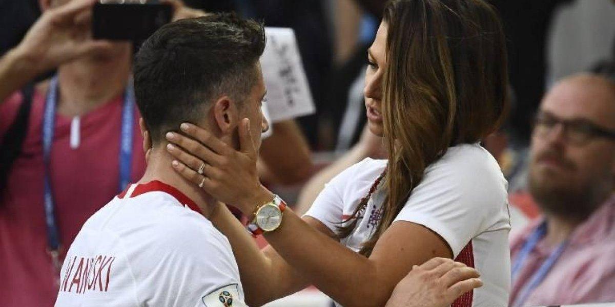 Con apasionado beso, novia consuela a jugador polaco en pleno partido del Mundial