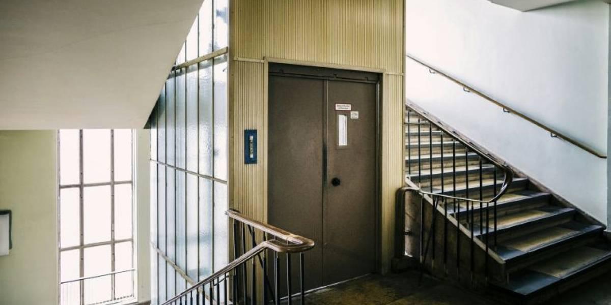 """""""Como mínimo límpialo"""": sujeto deja asqueroso y maloliente """"regalo"""" en ascensor de edificio y vecinos se unen para funarlo"""