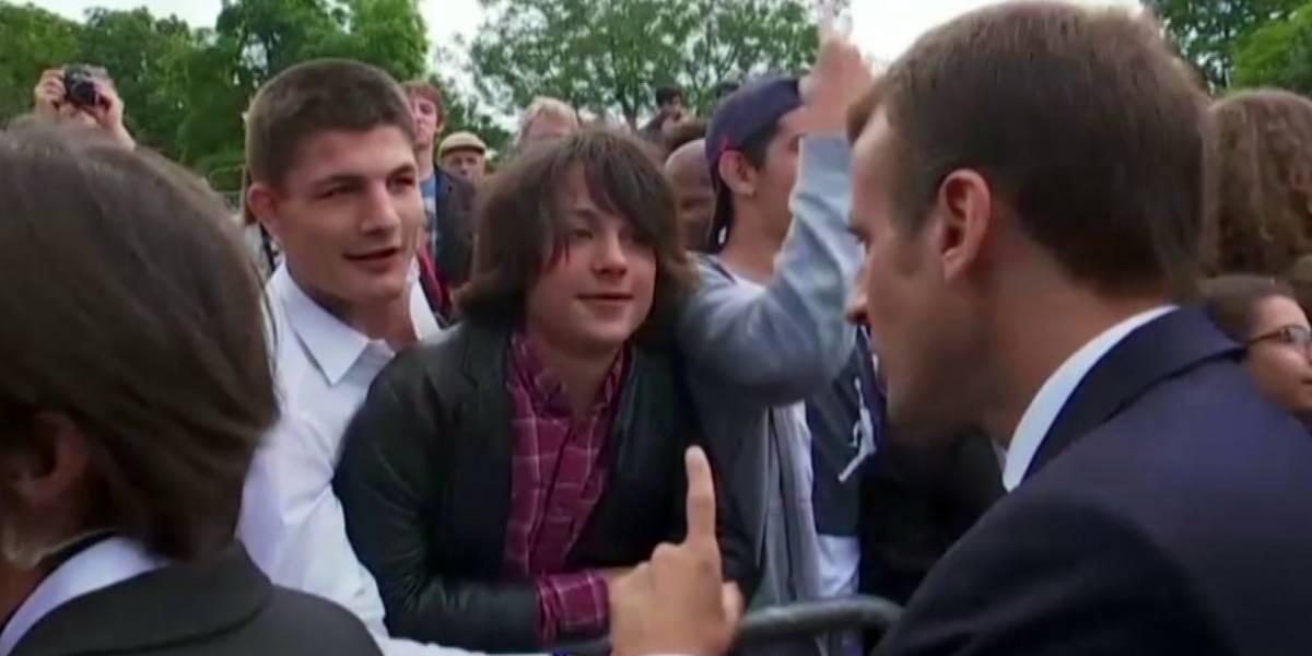 """La bronca del presidente Macron a un adolescente: """"A mí me llamas señor presidente"""""""
