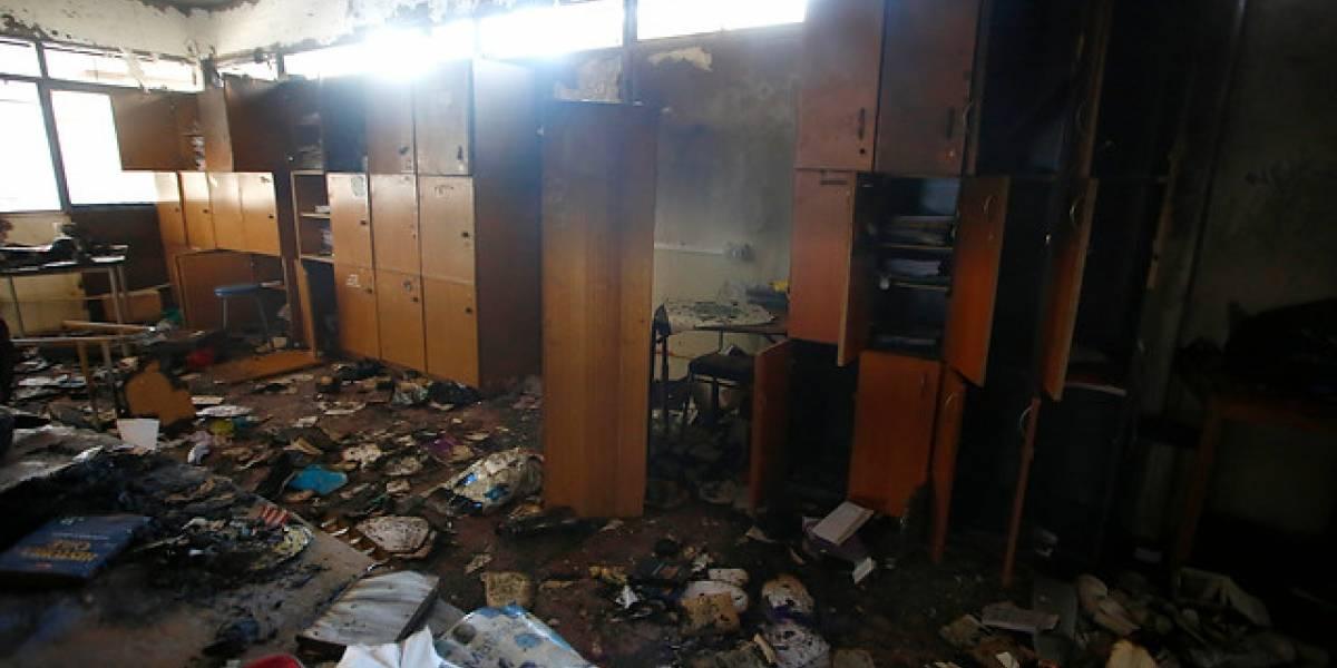 """""""Fuimos pasados a llevar de la peor forma posible"""": profesores del Liceo Amunátegui rechazan cierre del semestre tras daños por incendio durante toma"""