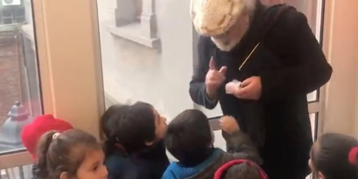 Derrame de ternura en Punta Arenas: niños explotan de alegría tras confundir a alcalde con Viejito Pascuero y edil hace la imitación de su vida para hacerlos felices