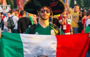 Youtuber mexicano 'tuvo sexo' con la bandera alemana en las calles de Rusia y nadie está contento