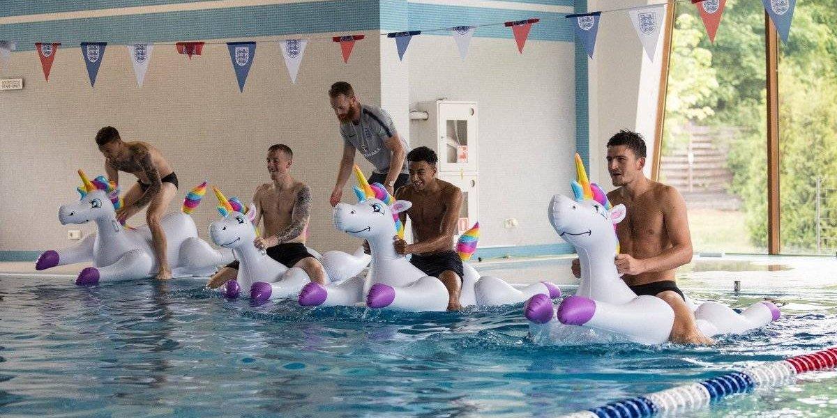 Jugadores ingleses se distraen con carreras de unicornios