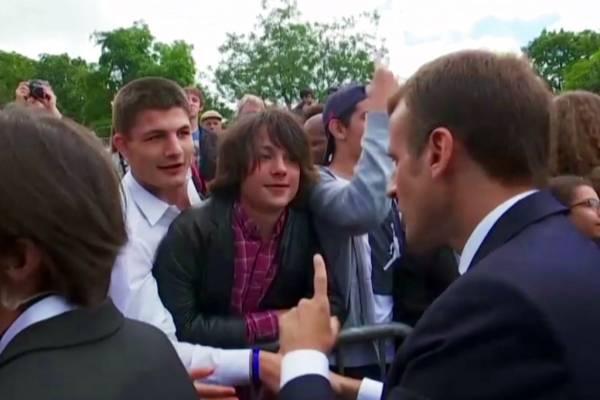 Emmanuel Macron regaña a adolescente