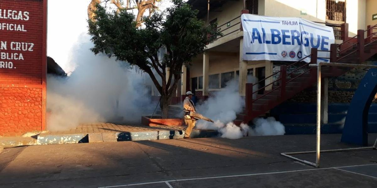 Ministerio de Salud fumiga albergues habilitados por tragedia del volcán de Fuego