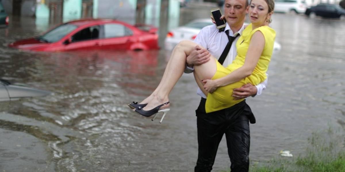 Herói resgata mulheres de inundação em cidade que sedia a Copa do Mundo na Rússia