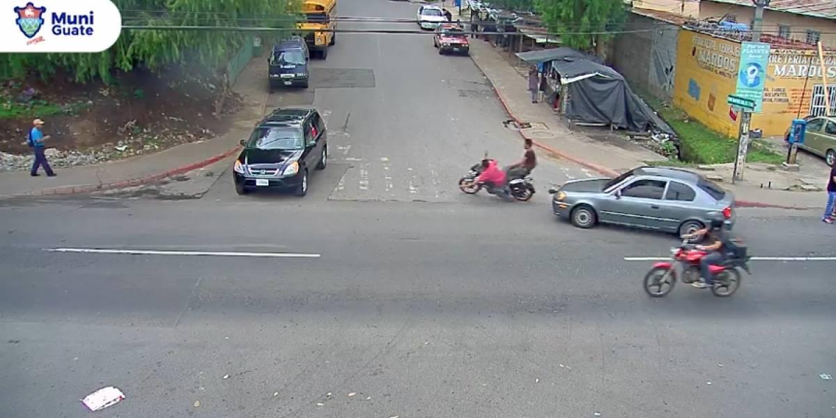 VIDEO. Motorista provoca doble colisión tras rebasar imprudentemente