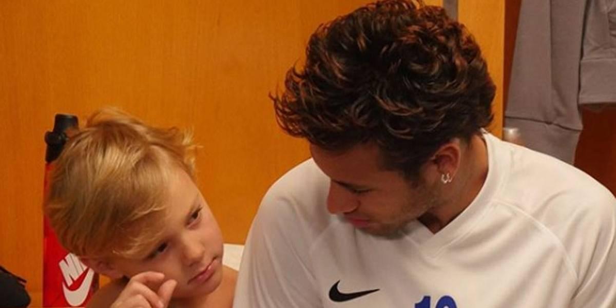 De folga, Neymar brinca de capoeira com o filho, Davi Lucca