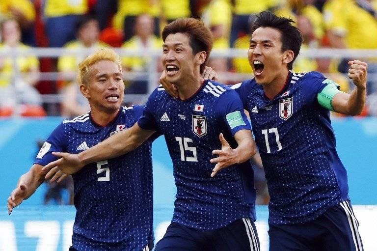 Osoko (en medio) celebra con todo su anotación ante Colombia