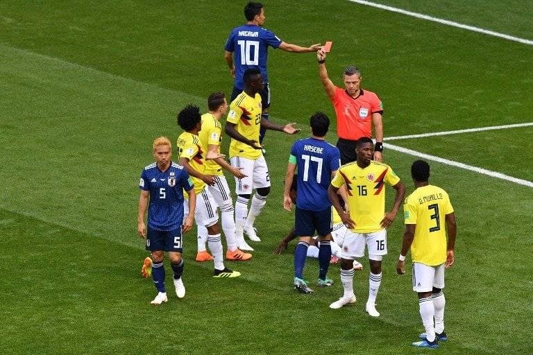 Momento en que el árbitro expulsa a Carlos Sánchez y marca el penal a favor de Japón