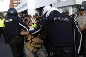 En las afueras de la Corte Nacional la prensa fue atacada por simpatizantes de Rafael Correa. FOTOS API/CRISTINA VEGA