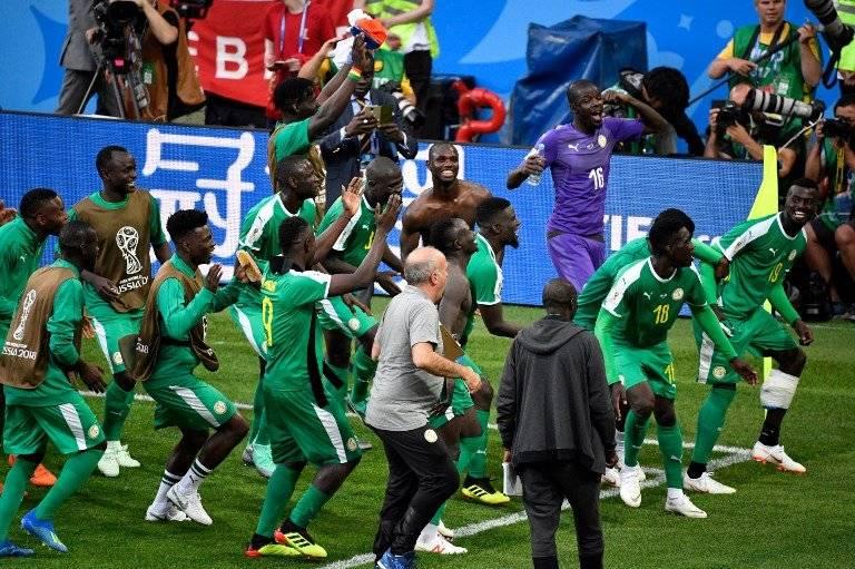 Los jugadores de Senegal celebran con sus aficionados el triunfo ante Polonia