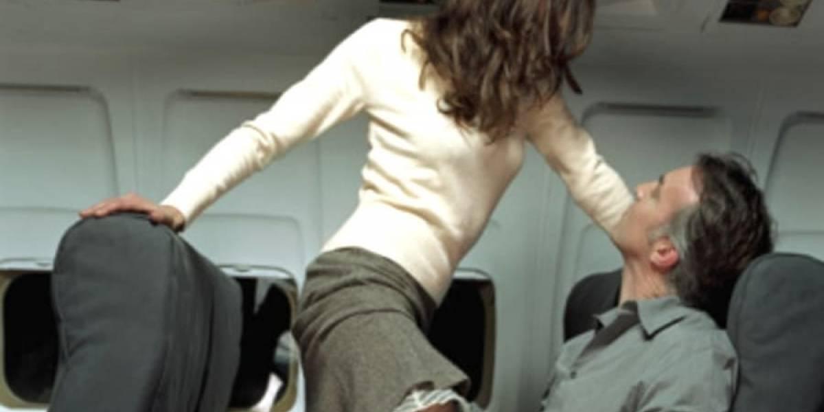 """Iban de vacaciones a México y sintieron peculiar """"turbulencia"""" en el vuelo: pareja del asiento trasero tenía sexo frente a pasajeros y grabaron toda la escena"""