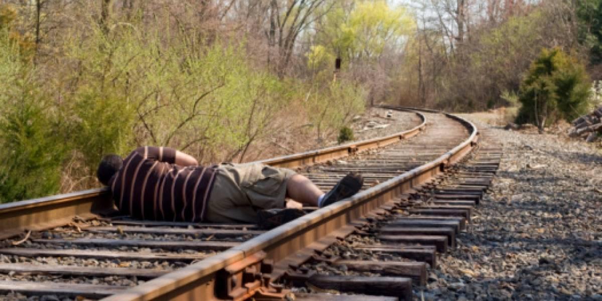 Un tren le corta un pie a un hombre borracho que se quedó dormido en las vías del tren