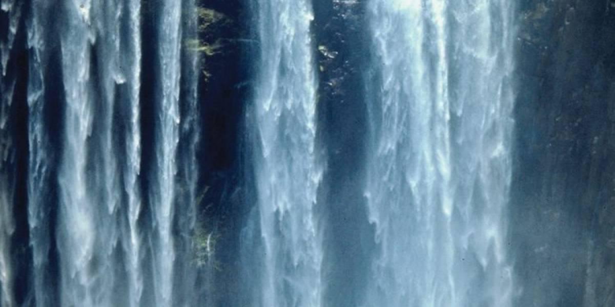 Crudo video: hombre quiso tomar la mejor selfie de su vida en una cascada y cayó mortalmente al buscar el ángulo más osado