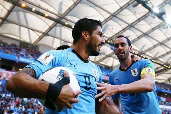 Luis Suárez empezó a celebrar incluso antes de que comience el encuentro. El goleador del Barcelona llegó a las 100 apariciones