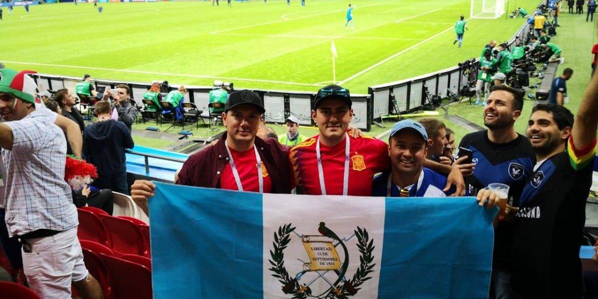 Aficionados chapines ondean la bandera de Guatemala en el Mundial de Rusia