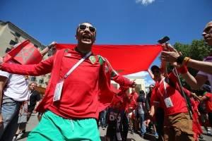 El colorido estuvo en las afueras del estadio donde jugó Portugal