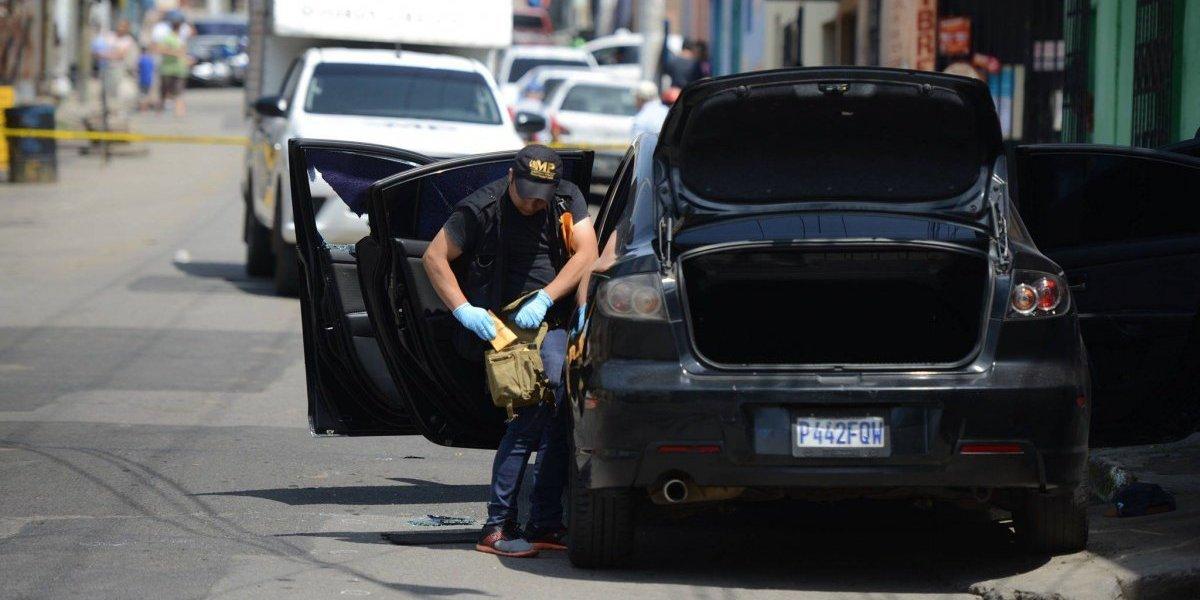 Atacan a tiros a taxista que esperaba pasaje en la zona 21