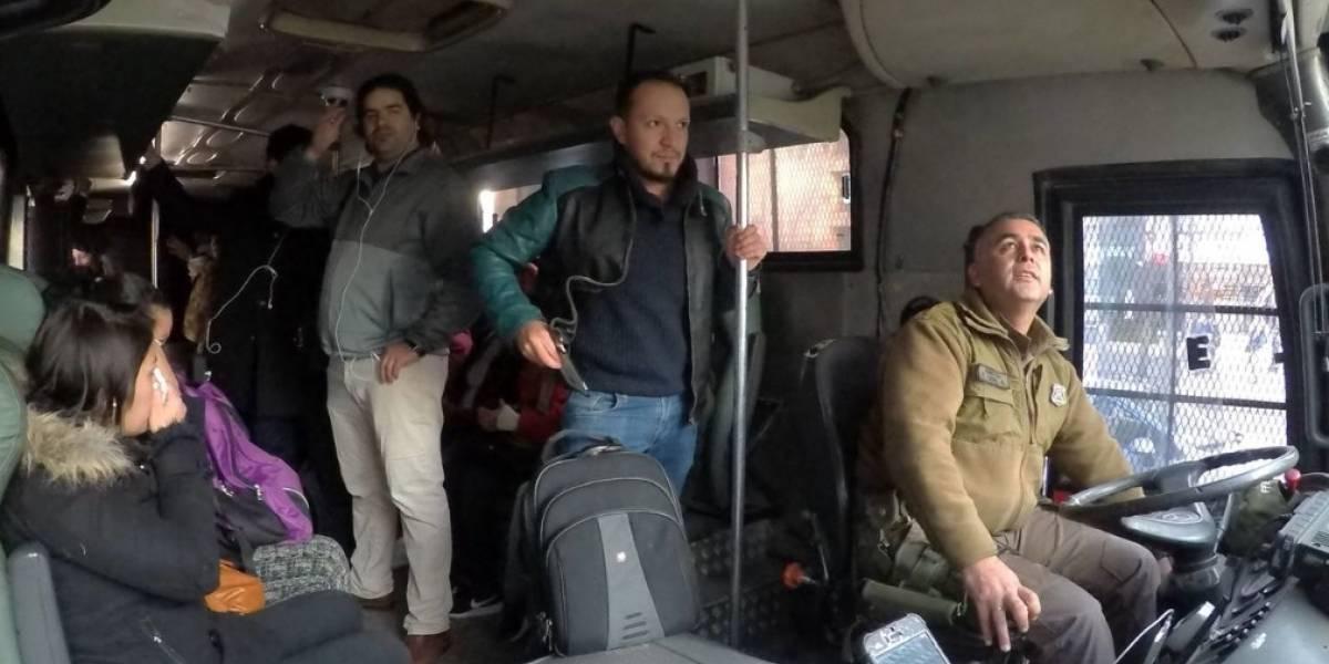 Emergencia en Tobalaba: Carabineros recibió aplausos por transportar en sus buses a pasajeros afectados por el cierre de estaciones del Metro