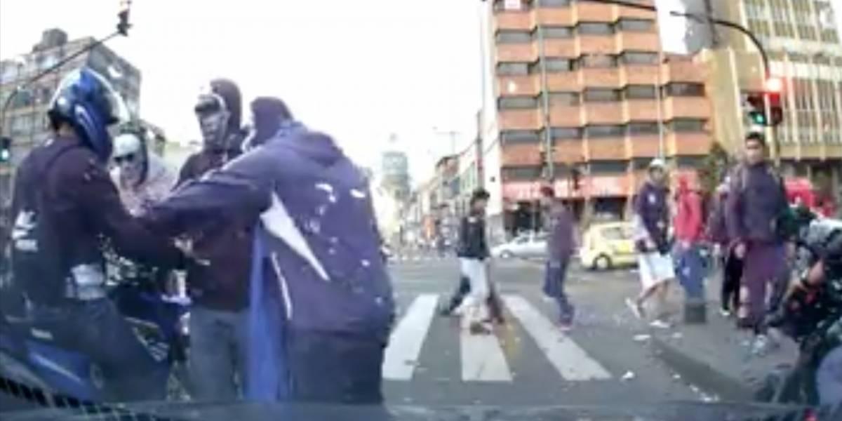 Hinchas de Millonarios intimidaron a motociclista por el color de su camiseta