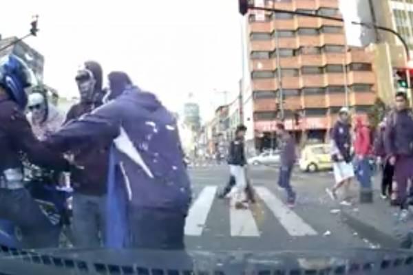 Hinchas de Millonarios intimidaron a motociclista por color de camiseta